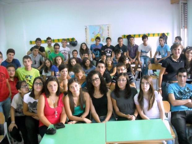 """Esempio estremo di """"classe pollaio"""": i 54 studenti di questa foto di classe sono gli alunni che nel 2011 frequentavano il terzo anno del liceo scientifico Galilei di Modica (Ragusa). Fonte: La Repubblica."""