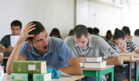 Studente annoiato durante l'esame di maturità