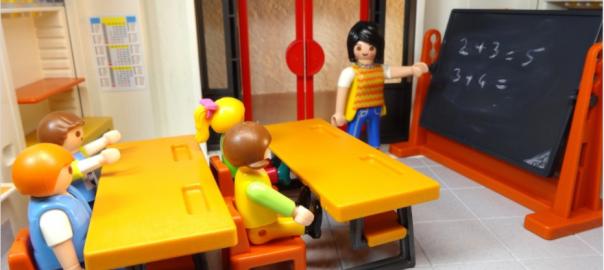Maestra Playmobil spiega a una classe di playmobile