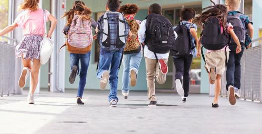 Studenti corrono verso la scuola